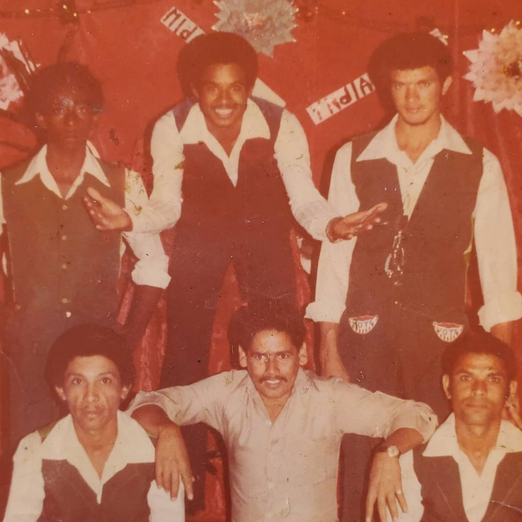 """Antony Santos (primero de la izquierda), mientras formaba parte de la agrupación de Luis Vargas y era conocido como """"Aguei"""""""